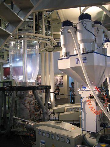 Экструзионная линия для производства пленки методом раздува снизу вверх.